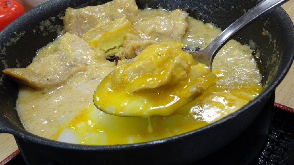 温泉卵と鶏肉とスープ